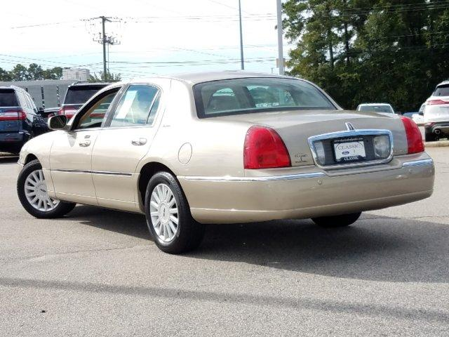 Pre-Owned 2005 Lincoln Town Car 4dr Sdn Signature